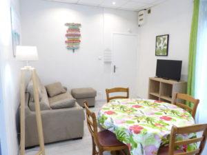 Voici une photo du salon et de la salle à manger du T2 n°C7 climatisé. Cette location se trouve à 100 mètres des thermes.