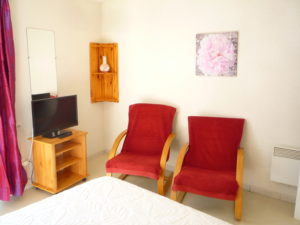 Voici une photo du coin salon du T1 n°B3 avec balconnet. Cette location se trouve à 100 mètres des thermes d'Amélie les Bains.
