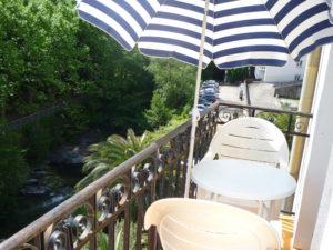 Voici une photo du balcon avec vue sur rivière du T1 n°B7. Cette location se trouve à 100 mètres des thermes.