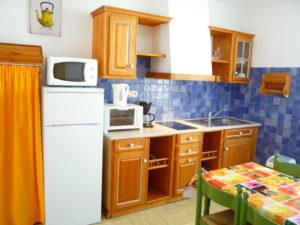 Voici une photo de la cuisine du T1 n°B7 avec balcon. Cette location se trouve à 100 mètres des thermes.