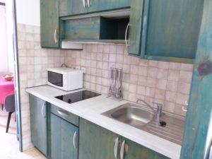Voici une photo de la cuisine du studio n°M3 avec balcon. Cette location se trouve à 100 mètres des thermes.