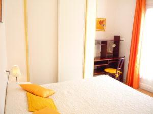 Voici une photo du grand lit de la chambre du T1 n°B7 avec balcon. Cette location se trouve à 100 mètres des thermes.