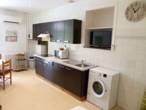 Voici une photo de la cuisine du studio n°C2 avec grande cour. Cette location se trouve à 100 mètres des thermes.