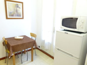 Voici une photo de la cuisine du T1 n°4. Cette location se trouve à 100 mètres de la cure.