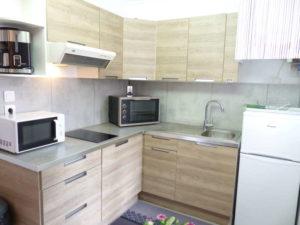 Voici une photo de la cuisine du T2 n°C10. Cette location se trouve à 100 mètres de la cure.