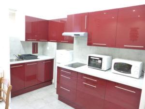 Voici une photo de la cuisine du T2 n°C7. Cette location se trouve à 100 mètres de la cure.