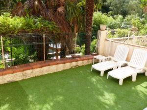 Voici une photo de la grande cour avec vue sur la nature du studio n°C2. Cette location se trouve à 100 mètres des thermes.