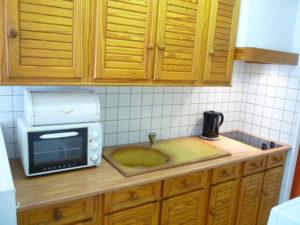 Voici une photo de la cuisine du studio n°7bis. Cette location se trouve à 100 mètres des thermes.