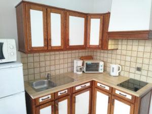Voici une photo de la cuisine du T1 n°5 avec loggia. Cette location se trouve à 100 mètres des thermes.