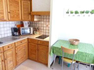 Voici une photo de la cuisine du T1 n°6 avec loggia. Cette location se trouve à 100 mètres des thermes.