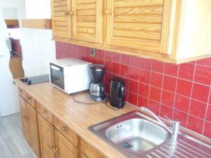 Voici une photo de la cuisine du T1 n°7 avec loggia. Cette location se trouve à 100 mètres des thermes.
