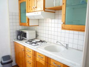 Voici une photo de la cuisine du T2 n°B6. Cette location se trouve à 100 mètres des thermes.