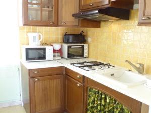Voici une photo de la cuisine du T2 n°B7bis. Cette location se trouve à 100 mètres des thermes.