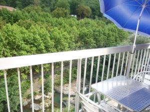 Voici une photo de la loggia avec vue sur rivière du T1 n°8. Cette location se trouve à 100 mètres des thermes.