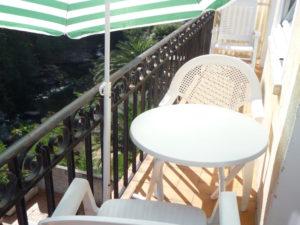 Voici une photo du balcon avec vue sur rivière du T2 n°B7bis. Cette location se trouve à 100 mètres des thermes.