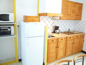 Voici une photo de la cuisine du T1 n°B3 avec balconnet. Cette location se trouve à 100 mètres des thermes d'Amélie les Bains.