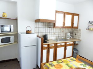 Voici une photo de la cuisine du T1 n°B5 avec balconnet. Cette location se trouve à 100 mètres des thermes d'Amélie les Bains.