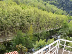 Voici une photo du balcon avec vue sur rivière du studio n°M3. Cette location se trouve à 100 mètres des thermes.