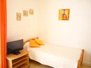 Voici une photo du petit lit de la chambre du T1 n°B7 avec balcon. Cette location se trouve à 100 mètres des thermes.