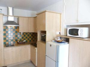 Voici une photo de la cuisine du studio n°C8 avec balcon donnant sur la rue Castellane. Cette location se trouve à 100 mètres des thermes.
