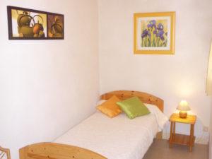 Voici une photo de la petite chambre séparée du studio n°C2 avec grande cour. Cette location se trouve à 100 mètres des thermes.