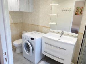 Voici une photo de la salle de bain avec lave-linge du T2 n°C7. Cette location se trouve à 100 mètres de la cure.