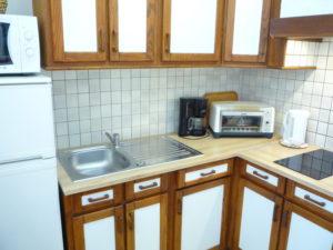 Voici une photo de la cuisine du T1 n°1 avec loggia. Cette location se trouve à 100 mètres des thermes.
