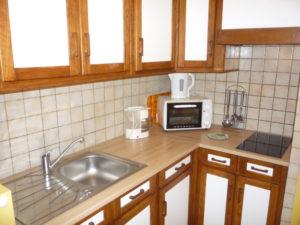 Voici une photo de la cuisine du T1 n°2 avec loggia. Cette location se trouve à 100 mètres des thermes.