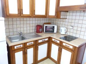 Voici une photo de la cuisine du T1 n°3 avec loggia. Cette location se trouve à 100 mètres des thermes.