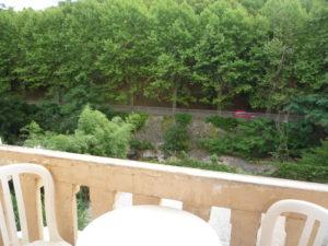 Voici une photo du balcon du studio n°J4 avec place de parking. Cette location se trouve à 100 mètres des thermes.