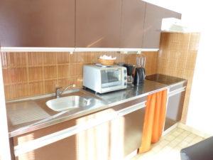 Voici une photo de la cuisine du studio n°J4 avec balcon et place de parking. Cette location se trouve à 100 mètres des thermes.