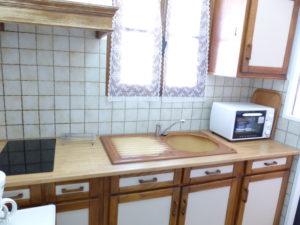 Voici une photo de la cuisine du studio n°1bis. Cette location se trouve à 100 mètres des thermes.