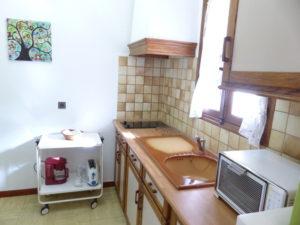 Voici une photo de la cuisine du studio n°5bis. Cette location se trouve à 100 mètres des thermes.