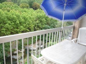 Voici une photo de la loggia avec vue sur rivière du studio n°5bis. Cette location se trouve à 100 mètres des thermes.