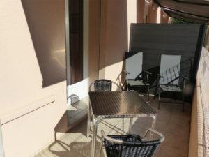 Voici une photo de la terrasse avec vue sur la nature du studio n°B1. Cette location se trouve à 100 mètres des thermes.