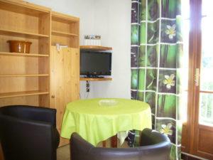 Voici une photo du coin salon du T1 n°6 avec loggia. Cette location se trouve à 100 mètres des thermes.
