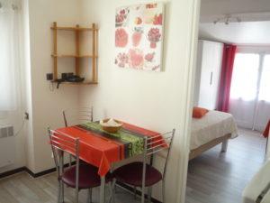 Voici une photo de la cuisine et de la chambre du T1 n°7 avec loggia. Cette location se trouve à 100 mètres des thermes.