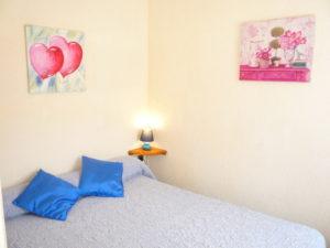 Voici une photo de la chambre du T2 n°10. Cette location se trouve à 100 mètres de la cure.