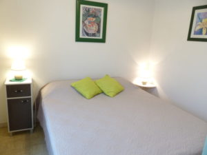 Voici une photo de la chambre du T2 n°B7bis. Cette location se trouve à 100 mètres des thermes.