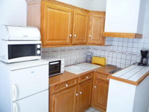Voici une photo de la cuisine du studio n°B1 avec terrasse. Cette location se trouve à 100 mètres des thermes.