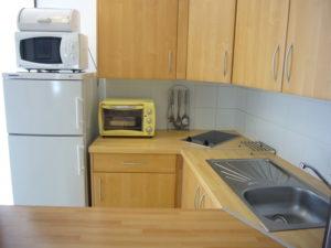 Voici une photo de la cuisine du studio n°B2 avec terrasse. Cette location se trouve à 100 mètres des thermes.