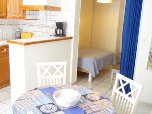Voici une photo de la salle à manger et de la cuisine du studio n°B1 avec terrasse. Cette location se trouve à 100 mètres des thermes.