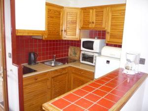 Voici une photo de la cuisine du studio n°9. Cette location se trouve à 100 mètres des thermes.