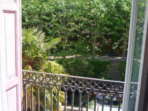 Voici une photo du balconnet avec vue sur rivière du studio n°C3 avec WIFI gratuit. Cette location se trouve à 100 mètres des thermes.
