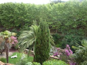 Voici une photo du balconnet avec vue sur rivière du studio n°C4 avec WIFI gratuit. Cette location se trouve à 100 mètres des thermes.