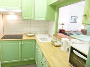 Voici une photo de la cuisine du studio n°C4 avec WIFI gratuit. Cette location se trouve à 100 mètres des thermes.