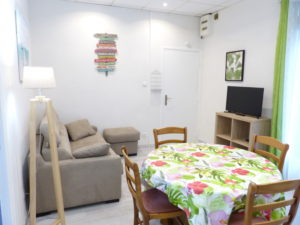 Voici une photo du coin salon du T2 n°C7. Cette location se trouve à 100 mètres de la cure.