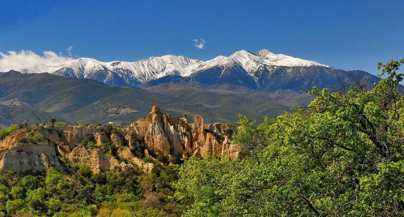 Le département des Pyrénées Orientales offre une large gamme de visites de sites à découvrir et fait partie des rares départements français qui permettent de profiter à la fois de la montagne et de la mer (avec l'Espagne en bonus).
